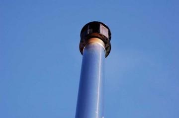 簡易二重煙突、上のほうの1重部分のみほんのちょっと焼けてます。ここまで熱い空気が挙がっている証拠? 木酢液がポタポタたれることもなくなりました。