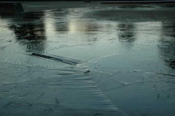 冷え込んで氷も張っています。早朝から大洗の防災無線は「スリップ事故に注意」と放送しています。大洗町の住人が雪道に慣れていなくて、水戸市の住人は慣れている・・・というわけではないはずなのに、水戸の防災無線は無言を貫いています。ガンバレ!水戸の防災無線!