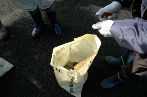 それぞれが外した蛇口と、盗まれた分の蛇口を持寄ります。なぜか全員肥料?の袋。