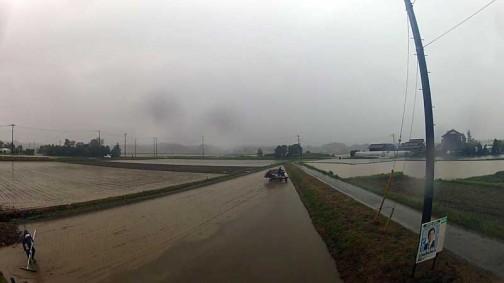 今年の三角田んぼの田植えはあいにくの雨