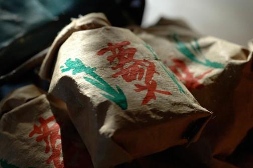 米袋のミニチュア 本物の米袋を解体して中に蕎麦の実を入れている。ちゃんと口をしばったり開いたりできる。