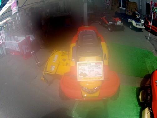 F1まさおグランプリ 乗用型雑草刈車 CMX253RC(セル付き)四輪駆動 25馬力 価格¥1,467,900 赤と黄色に少し青使い。まさおって誰なんだ?それにF1グランプリとは何を意味しているのか?ただ、車高が低いのはこの会社の製品の特徴のように見受けられます。