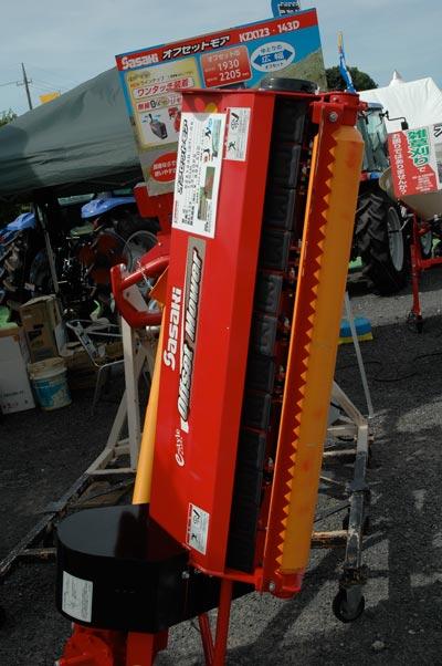 ササキ オフセットモア KZX123D(G/Y)-0S 作業幅1.2M (25馬力~50馬力) 価格¥892,500 同じく草刈アタッチメントですがこちらはトラクターに対してオフセットできるタイプ。土手や法面を刈る用途に使うようです。