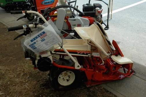 ヤンマーバインダー YB250 昭和62年式 価格¥50000 1条刈りで稲を刈る機能がギュッと詰まった機械です。そしてもう25年も経っているのにプラスチック部分がしっかりしていそうです。