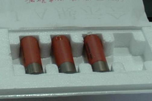 散弾銃の薬莢みたいのが付いているので、複数の玉をばらまくように発射するのかもしれません。