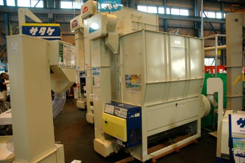 サタケ モミクリーナー PC3500 価格¥252,000 奥の乾燥機は・・・大きく15iって書いてあるのが・・・¥1,071,000かなあ・・・よくわかりません。