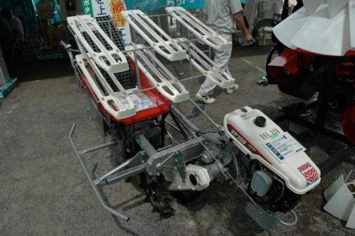 おお!ここにも岡山の会社が・・・みのる産業株式会社 ネギ用1条全自動定植機 VP-100B 価格¥929250 作業効率150分/10a とあります。今見るまでずっと高性能歩行式田植機かと思ってました。