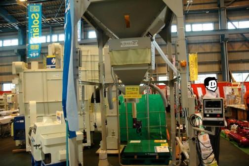 株式会社 田中衡機工業所 フレコンスケール FSDII-30 1台で1tフレコンと30kg紙袋の計量を行なうそうです。価格は¥1,680,000 展示会価格応相談だそうです。
