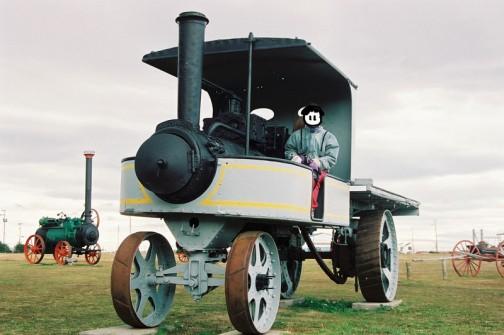 蒸気トラック これも巨大なお釜に占領されて操作者は釜のヨコに乗るような感じです。そもそも真ん中に乗ったところで釜の後では前が全然見えませんね。積載スペースはさらにその後・・・そのスペースを作るために太く長いチェーンで後輪を駆動するみたいです。