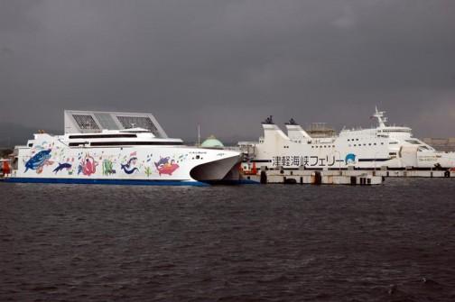 おお!この左の不思議な形の(高速船なんでしょうねえ)船の絵だったんだ!!