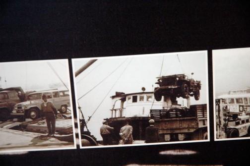 そういえば伊豆大島に渡る船に乗ったときは、単車をこうやってクレーンで吊ってもらったっけなあ・・・
