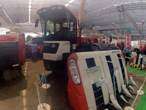 クボタ6条刈りコンバイン ダイナマックス ER108NSD4MSQW-C 水冷4サイクル4気筒立形ディーゼルターボ 108馬力 価格は¥15225000