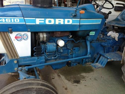 f-4610 フレームがない・・・わきっちょに空いている穴はローダーの取付け用なのかな?フレームがないと、エンジンに直付けになっちゃいますねえ。エンジンも青くて白のカバーと水色のラインがいい感じです。