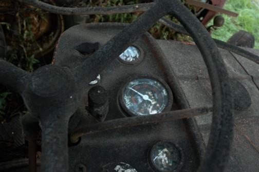煤けちゃったインパネの中でオウムの目みたいにメーターだけ光ってます。
