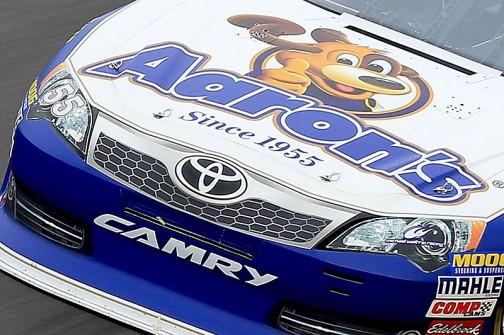 同じく全米自動車競争協会主催のストックカーレースの車両。ライトがやグリルが「絵」