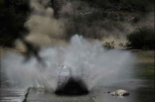 同じくウェブサイトより・・・おもしろいなあ・・・と思った写真。車両はもう何が何だかわからないようになってますが、土煙と水煙がつながってます。みんなが見ているので思い切り派手にやってやれと思ったのか、洗車したかったのか・・・