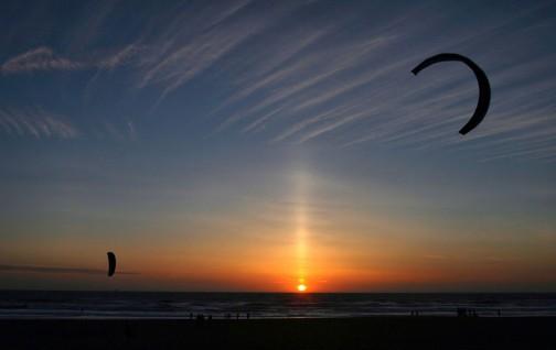 アメリカ合衆国カリフォルニア州サンフランシスコの太平洋沿岸で撮影された太陽柱。