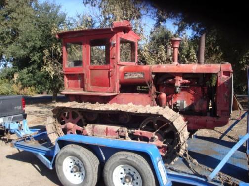 こっちはマコーミック・ディーリング「トラック・トラクター」ってステッカーが目印。どのメーカーも赤くてなんだかみんな「けいてぃー」に見えてきちゃう・・・これも始動時には小さなエンジンをセル代わりに使うのかしら? そういえば、Mさんが「昔のブルドーザにも始動用の小さなエンジンが付いていた」って言ってました。でもそれはクランクで始動するのではなく、セルで始動したのだそうです。小さなエンジンをセルで始動してそのエンジンでブルのエンジンを始動する・・・まどろっこしいなあ・・・セルが付いてるならそれでブルのエンジンを掛ければいいのに・・・