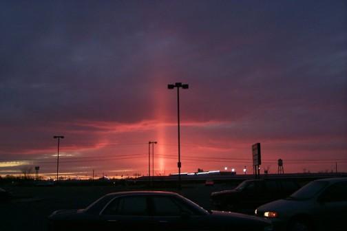 アメリカ合衆国ウェストバージニア州ハーパーズ・フェリー近郊で撮影された太陽柱(2011年3月)