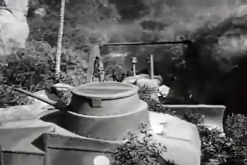 これは「けいてぃー」じゃないですけど(キャタピラーかなあ・・・)、トラクターが戦争に直接参加してます。もちろん映画の中の話ですよ?! ホンモノのトラクターの質感に比べてなんだか「木でできてんじゃねえか?」というような質感の日の丸の付いた戦車を押してます。