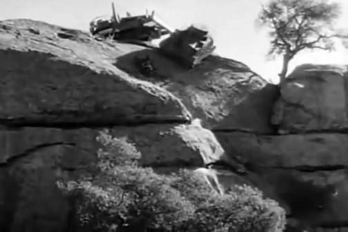 そしてなんと崖から突き落としちゃう!!・・・・ううううむ・・・すごすぎる。やっぱりショッカー的扱いだ・・・何度も繰り返しますが、1944年のアメリカ海軍の建設工兵隊宣伝映画です。
