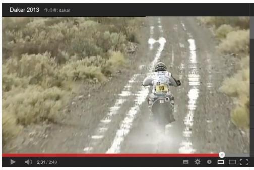 これなんか日本の林道みたいに見えます。水しぶきを上げて走る単車。