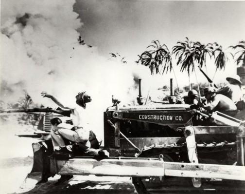 戦火と犠牲者とトラクターと戦争・・・何だかものすごく違和感のある写真です。