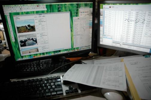 収拾のつかないデスクトップまわり・・・今週は農地・水保全管理支払交付金の報告書一色に染まってます。