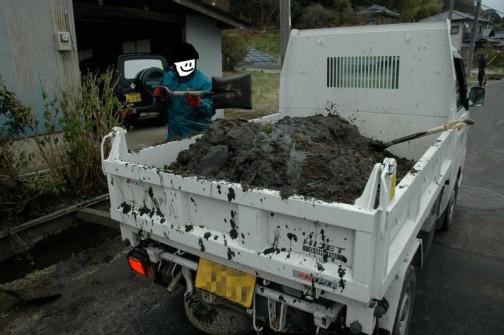 上げた泥はトラックに積み込みます。