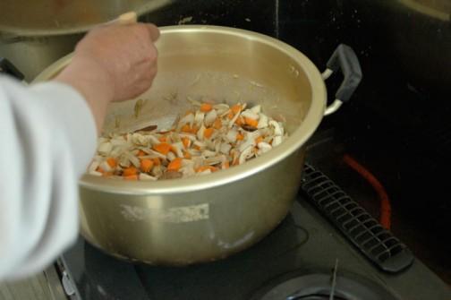 根菜から炒めて軽く火が通ったら水を入れ、煮えたところで醤油で味付け。