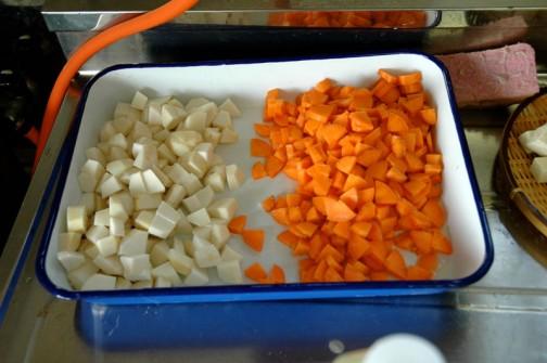 人参と里芋を切って・・・同じくらいの時間で料理できるよう、細かいながらも固いものは小さく、柔らかいものは大きめに切ります。