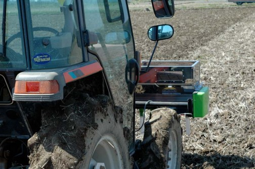 肥料は細長いステンレスの樋の底に付いたパイプからさらさらと落ちていきます。ちゃんと肥料の残りがわかるように窓が切ってあるんですね!