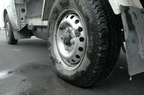 水を含んだ泥は重くてタイヤはペっちゃんこ。