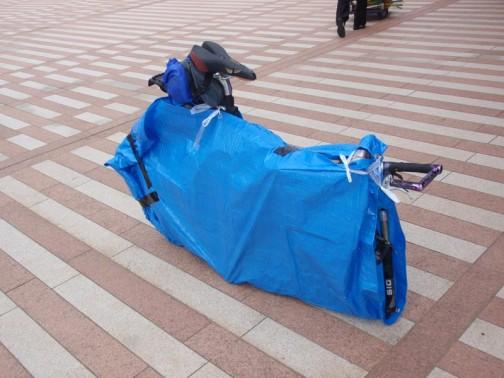 「輪行袋」欲しかったなあ・・・買えなかったけど。自転車ツーリングの一コマ。この人は几帳面です。