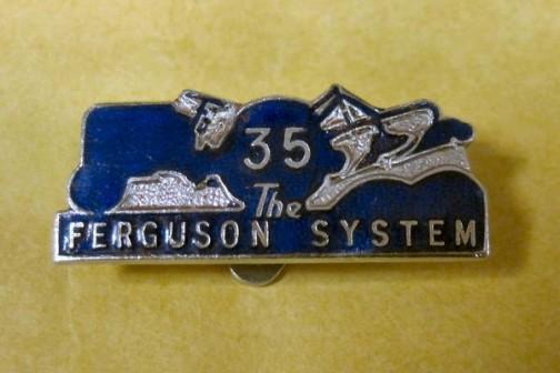 ファーガソンシステムといってもマンUの攻撃布陣ではありません。ピンバッジもあります!