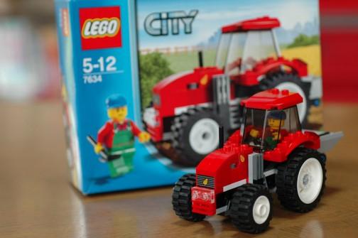本物は買えませんが、これなら買える! レゴのトラクター