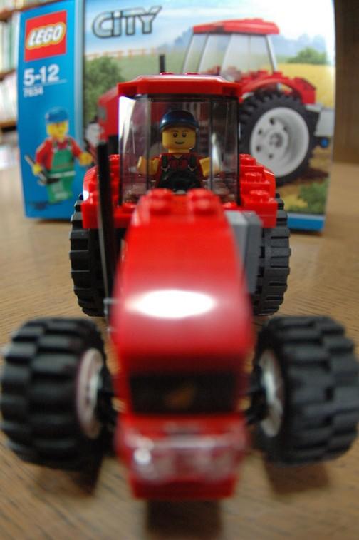 レゴの赤いトラクター なんと操縦者のFIG君は屋根を取り外さないと外に出られないのでした・・・