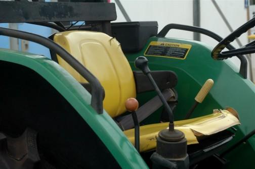 jd5300 色々日本語の注意書きがあるということは国内で販売されたものなんでしょうね。シートが黄色でいい感じです。あれ? 2点式のシートベルトが付いてる! トラクターってシートベルト付いてたんだ!
