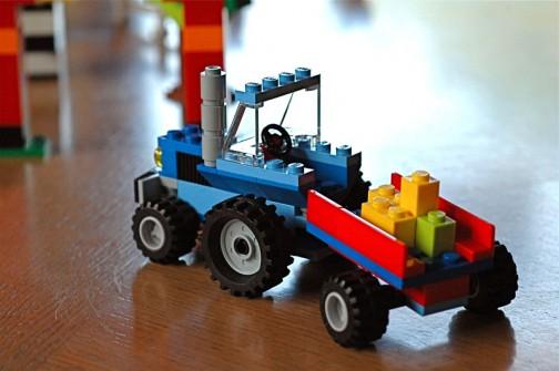 肥料散布機?付きのLEGO® 青いトラクター。牧場セットなのかな?