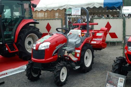 ASUMA三菱トラクタ Mitsubishi Tractor GE150DJS2B 15.5馬力 排気量1123cc 水冷4サイクル3気筒ディーゼル 価格¥1,627,500 クイックアップ、旋回アップ、バックアップ、倍速旋回、J:JAC(水平制御)後はよく読めません。