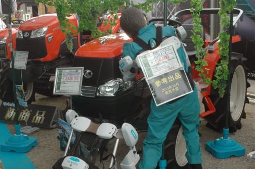 おじさんがジャマですが、こんな風に書いてありましたよ・・・クボタkubota tractor KINGWEL R キングウェル アール KL33RFMANTWP 価格¥3,426,150 ●水冷4サイクル3気筒ディーゼル33馬力 ●広幅扁平タイヤ ●ハウス向けコンパクトスペシャル