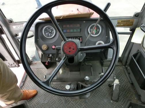 広々としているように見えるキャビン。操作系がとってもカッコイイ! 大型バスみたいな感じです。昔、オーストラリアはアデレードからダーウィンまで、スコットランドの探検家であるジョン・マクドゥオール・スチュアートの名のついたスチュアートハイウェイをバスで走ったことあるんですけど、そのバスを思い出しました。途中給油した覚えがないんですけど、バスってそんなに走るもんなんですかねえ・・・とにかくめちゃめちゃしびれる運転席です。
