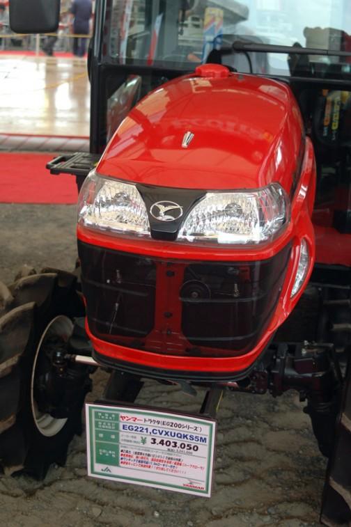 ヤンマートラクタ(EG200シリーズ) YANMAR TRACTOR EG221 CVXUQKS5M 価格¥3,403,050(税込み) いくら撮っても顔に違いはないんですけどね。ただ、この顔、口の真ん中の赤い縦ラインがあるのと無いのがあります。