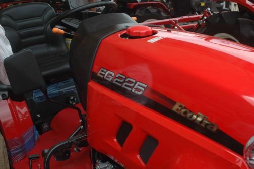 EG225には燃料タンク置きがないように見えます。もしかしたら手前下にあるのかもしれませんが・・・