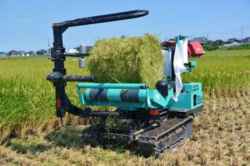 飼料稲の玉をラッピウングマシーンでぐるぐる巻きにします。