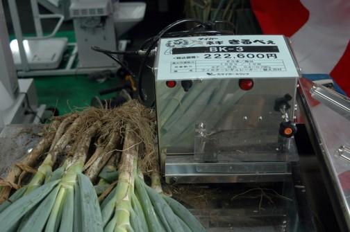 タイガーカワシマ ネギ きるべぇ BK-3 価格¥222,600 ●最大作業能力 60本/毎分 ●所要動力 100V/10W エアー圧力 0.4〜0.7Mpa ●備考 フィルターでギュレーター・替え刃付 ネギ きるべぇはエアーが必要なんですね