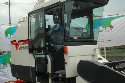 三菱汎用コンバイン VCH650XS 価格11,056,500 色々読めませんが、水冷4気筒ディーゼル 64.5馬力、水稲が刈れる汎用コンバインとしては国内最小とうたっています。国内最小なのにこんなにでかい!