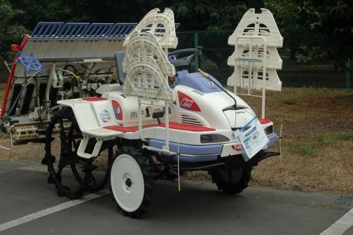 三菱6条植え乗用田植機 LV-6HPM 使用時間は373時間だそうです 価格¥680,000 トレーを乗せる台の形がユニーク。お祭りに使う特殊お祭り専用車って感じです。