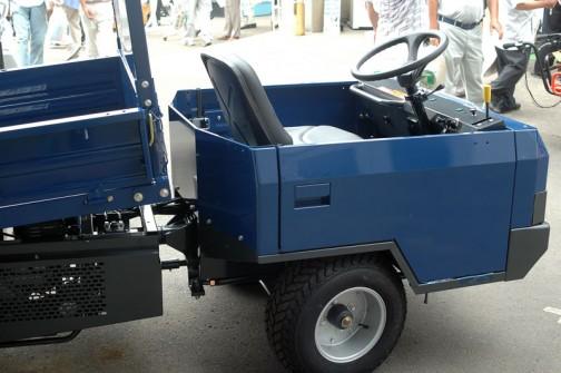 筑水キャニコム 小型特殊自動車 ライガー ELL802はこんな形。軽トラをチョップするのと同じですね。背が低い!