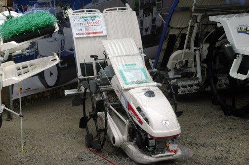 三菱ASUMA歩行2条田植機 MP29DM 価格¥441,000 ●二輪二条植え 2.6馬力 ●標準:水平制御(ジャストマチック) 後は読めません。あんまり苗に見えないダミーが不気味です。色だけでもそれらしくすればいいのに・・・